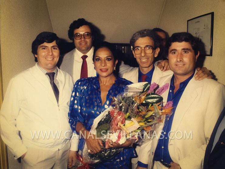 Fabían Carmona, Manolo Catalán, Manolo Romano y Guillermo Gómez junto a Lola Flores. Grupo Brumas.